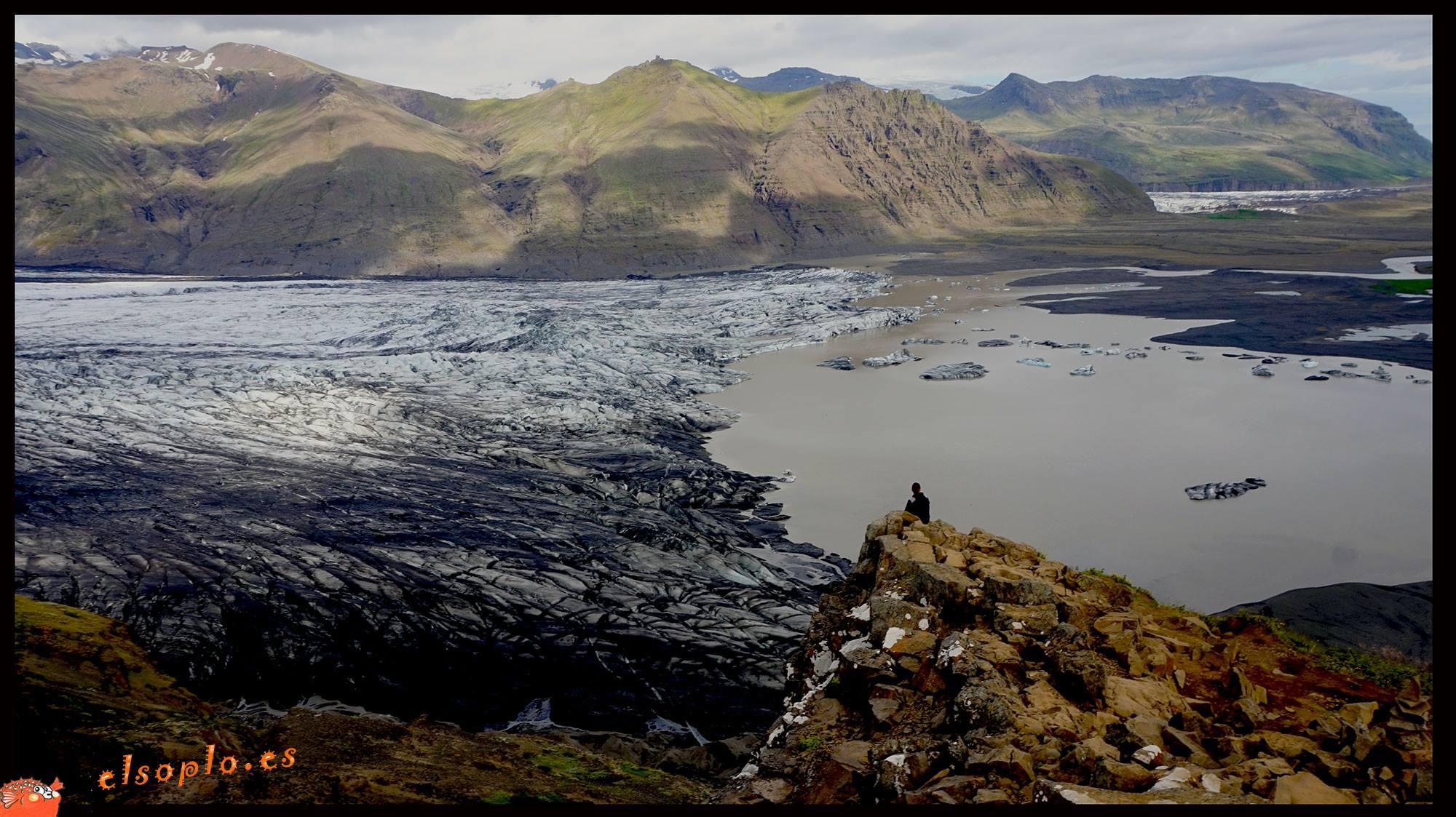 Cascada Svartifoss y Glaciar Vatnajokull en Islandia